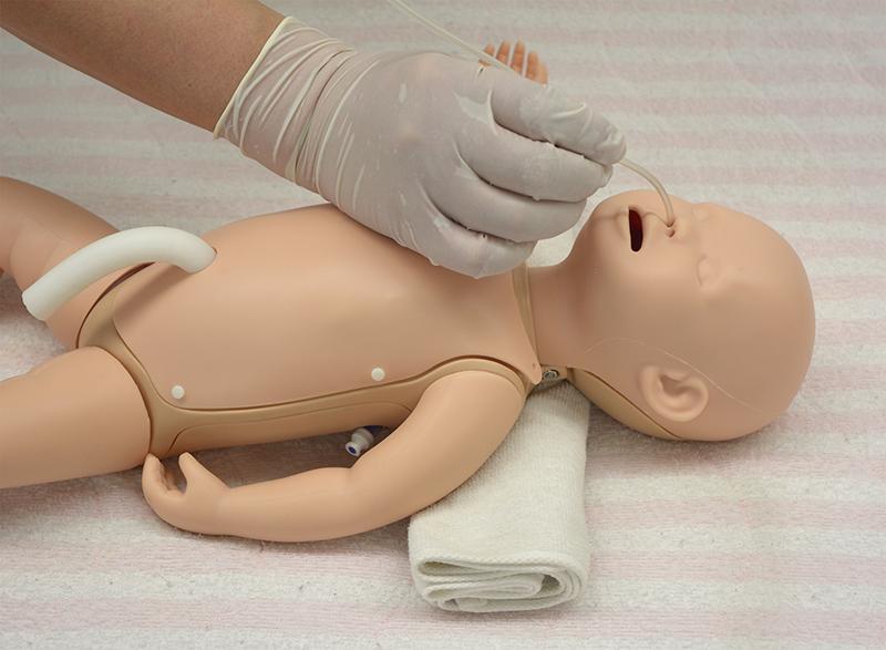 Neugeborenen Pflege und Notfallpuppe
